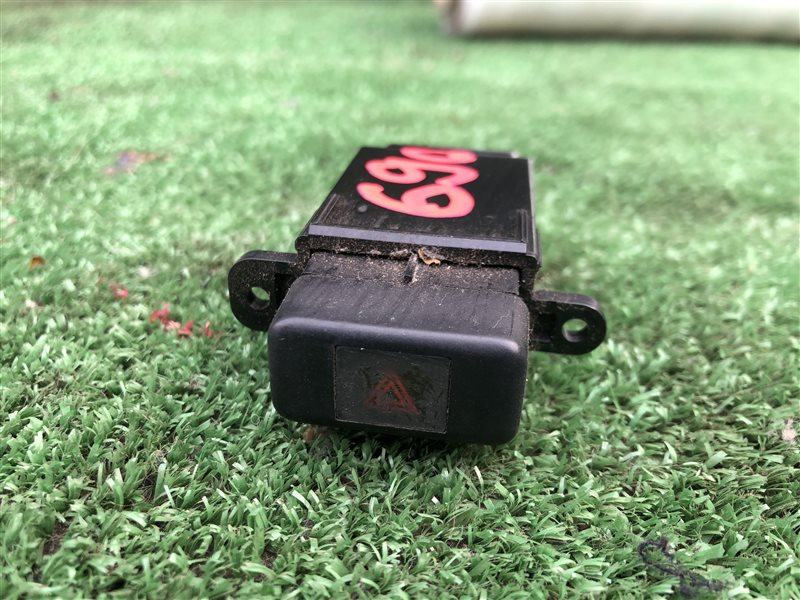 Кнопка аварийной сигнализации Toyota Carina AT191 AT190 AT192 CT190 CT195 ST190 ST195 7AFE (б/у)