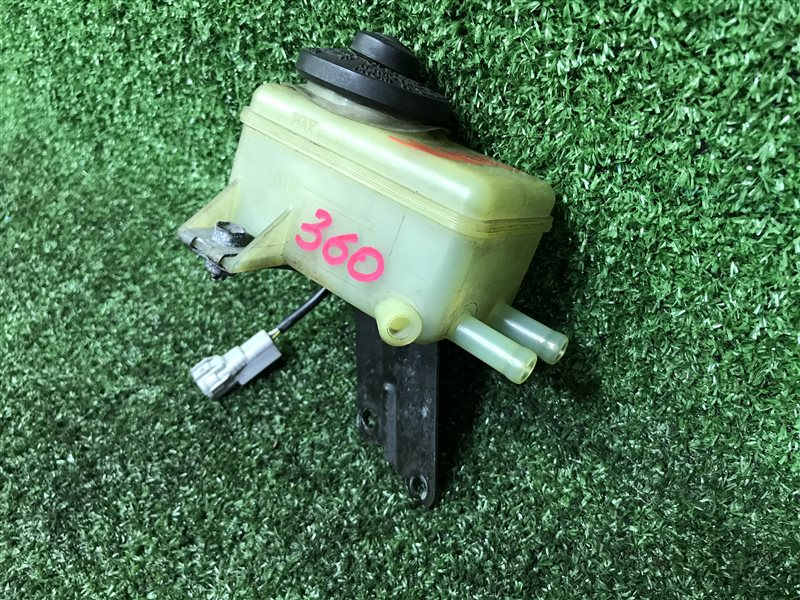 Бачок для тормозной жидкости Toyota Ipsum ACN10 ACN10H ACN15 ACN15H ACM10 ACM10G ACM15 ACM15G CXM10 CXM10G SXM10 (б/у)