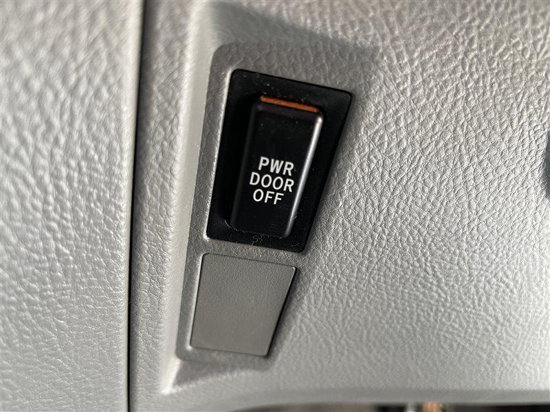 Кнопка управления дверями Toyota Voxy AZR60 1AZFSE 2006 (б/у)