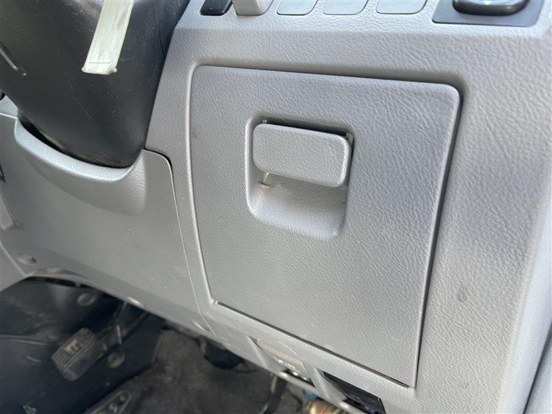 Бардачок Toyota Voxy AZR60 1AZFSE 2006 правый нижний (б/у)