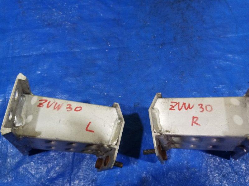 Крепление жесткости бампера Toyota Prius ZVW30 переднее правое (б/у)