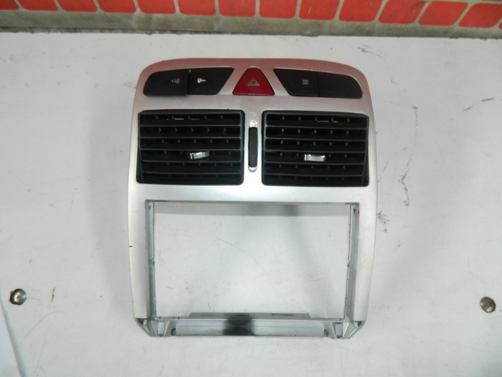 Дефлектор центральный Peugeot 307 Cc (б/у)