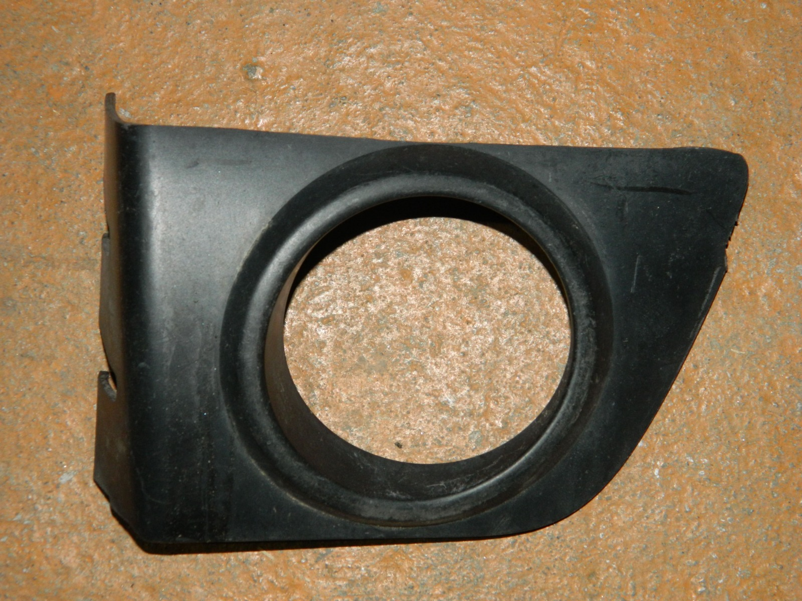Рамка противотуманной фары Toyota Passo правая (б/у)