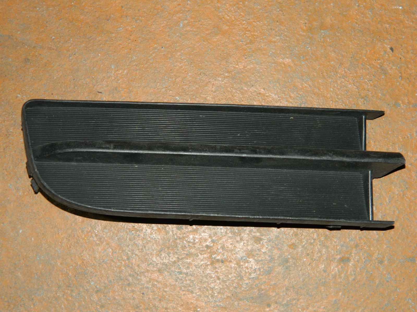 Заглушка противотуманной фары Toyota Ractis NCP100 правая (б/у)