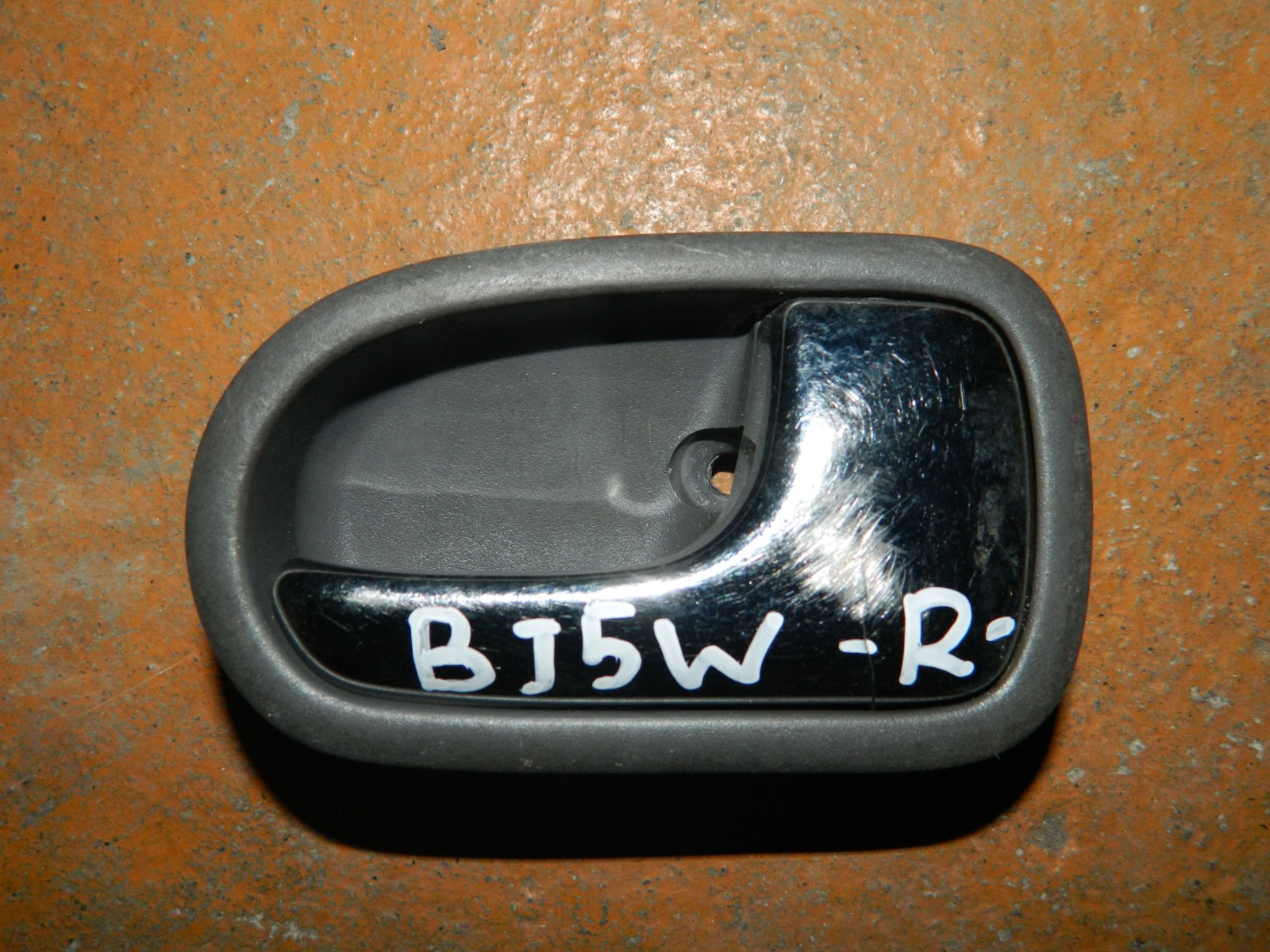 Ручка двери внутренняя Mazda Familia BJ5W правая (б/у)