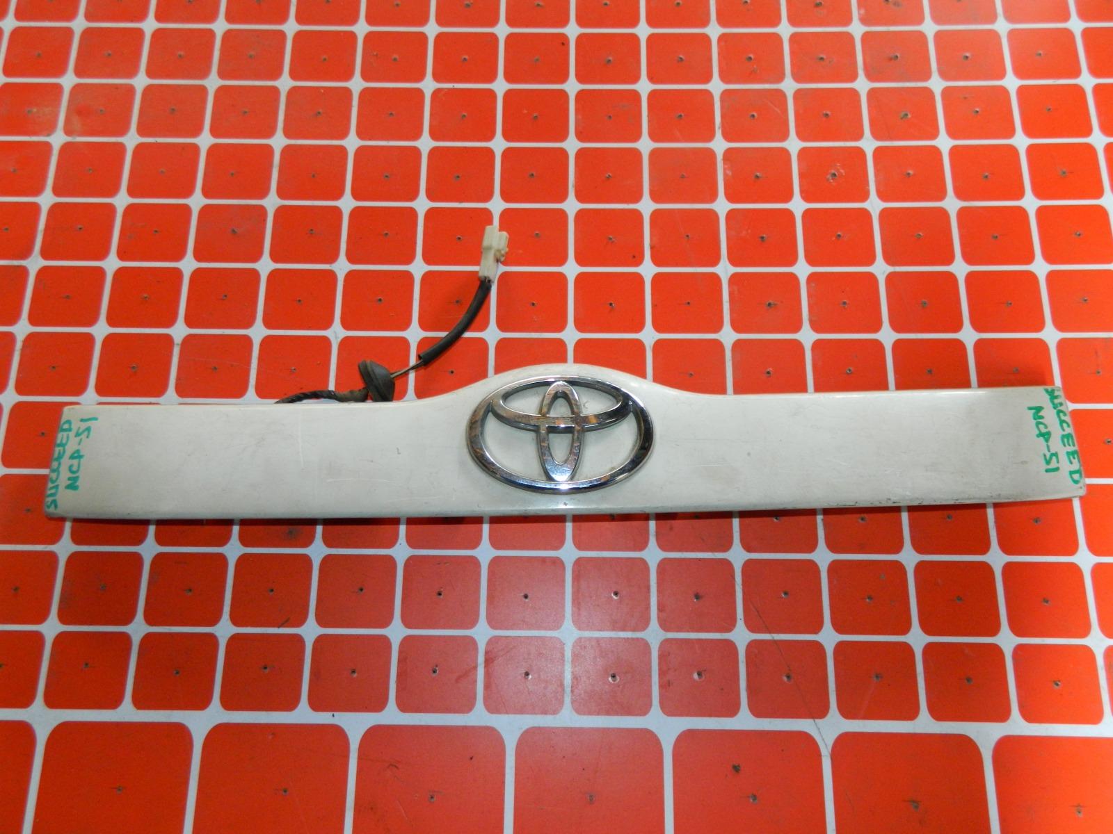 Накладка двери багажника Toyota Succeed NCP51 (б/у)