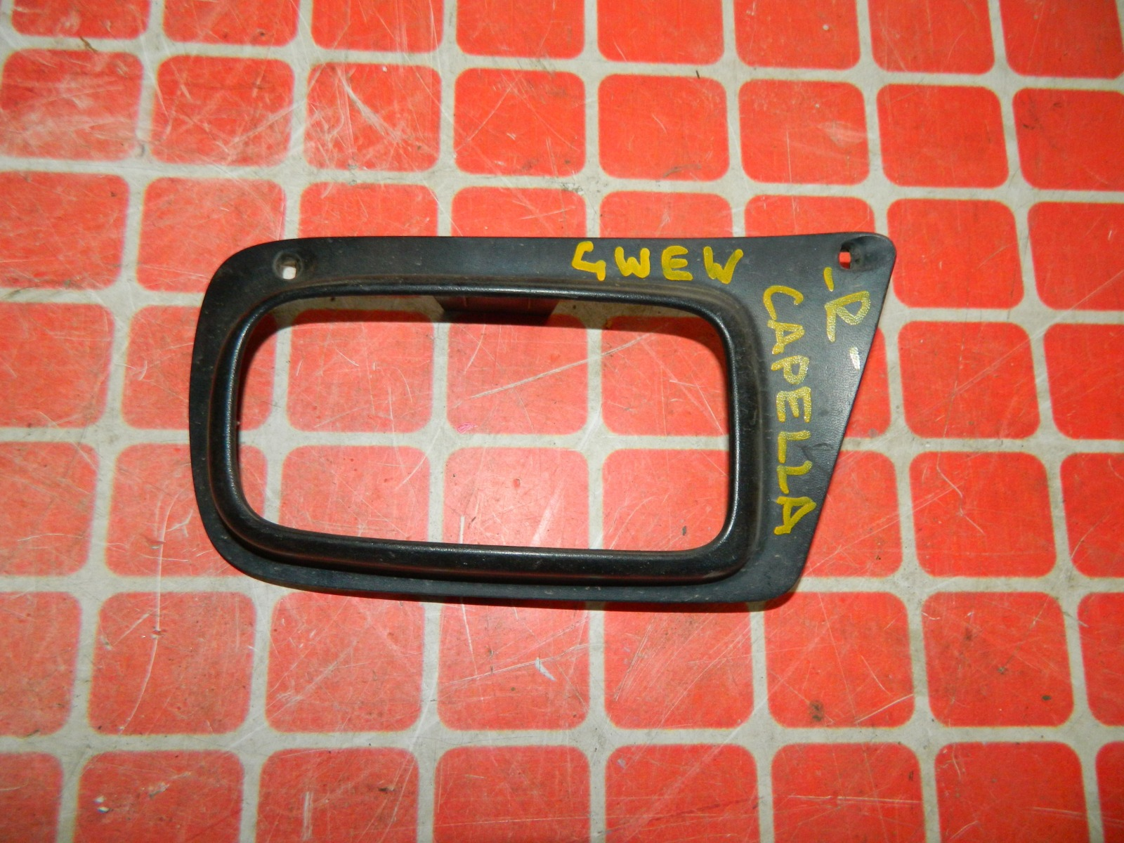 Рамка противотуманной фары Mazda Capella GWEW правая (б/у)