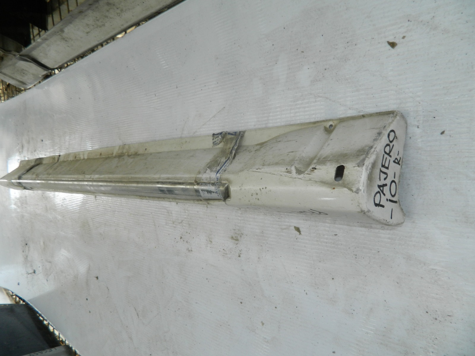 Накладка на порог Mitsubishi Pajero Io правая (б/у)