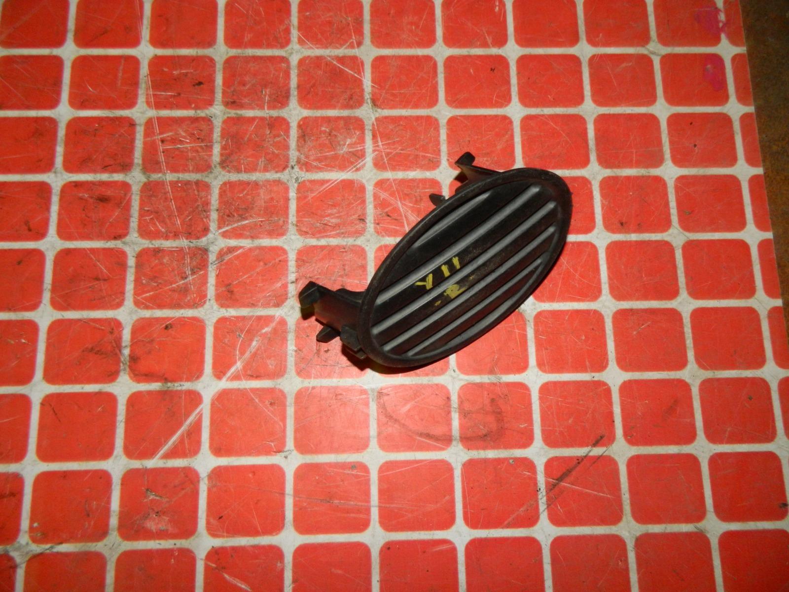 Заглушка противотуманной фары Nissan Wingroad Y11 передняя правая (б/у)