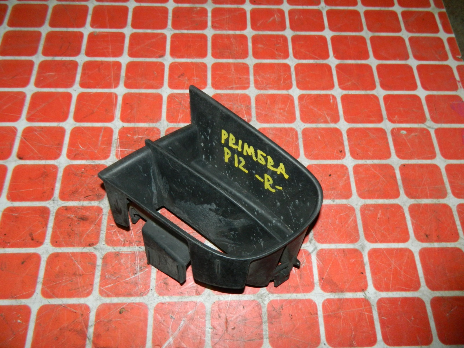 Заглушка противотуманной фары Nissan Primera P12 передняя правая (б/у)
