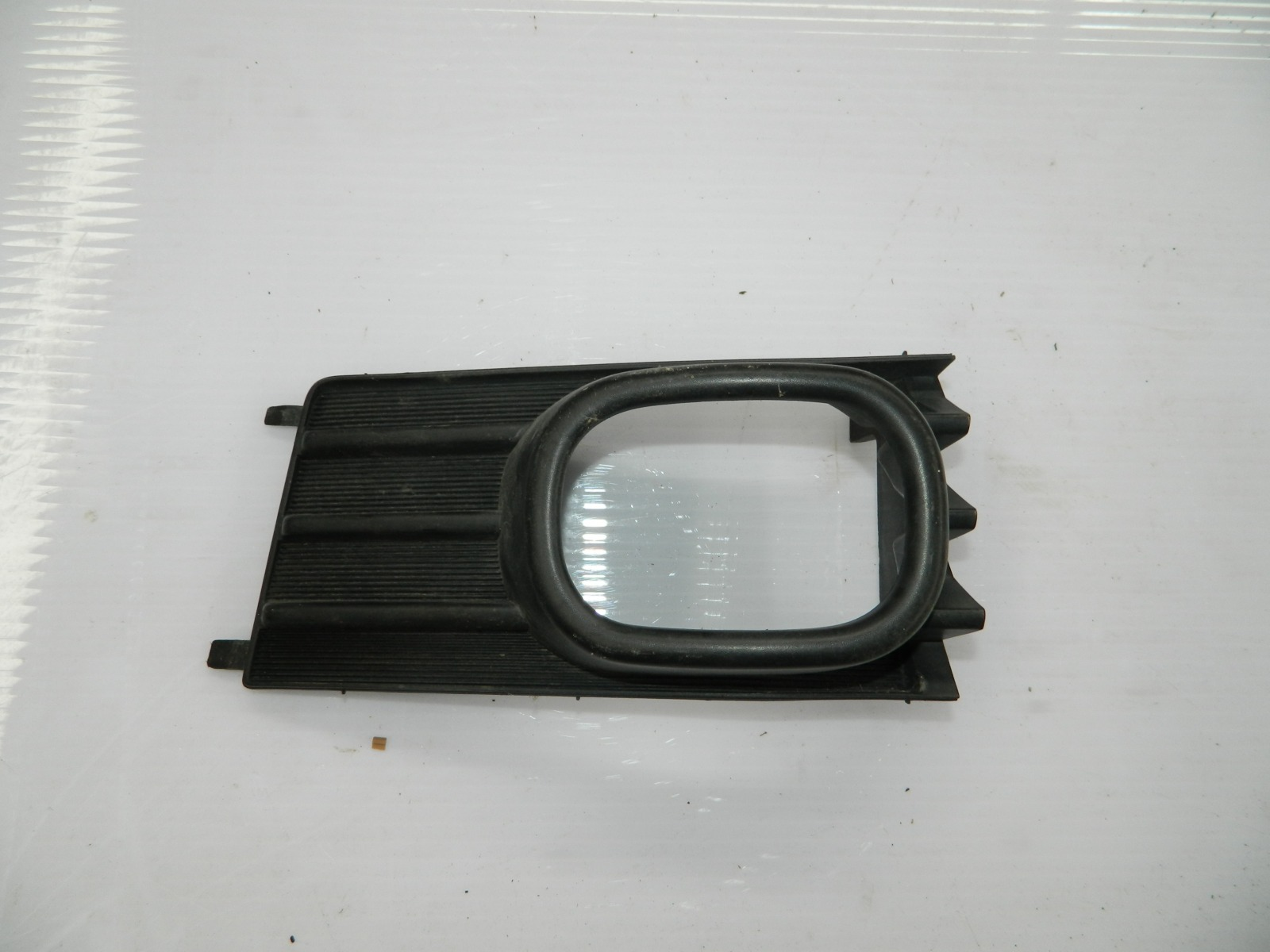 Рамка противотуманной фары Nissan Wingroad Y11 правая (б/у)