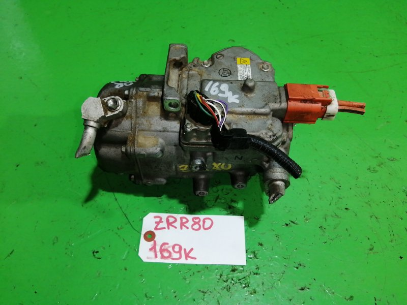 Компрессор кондиционера Toyota Voxy ZRR80 (б/у)