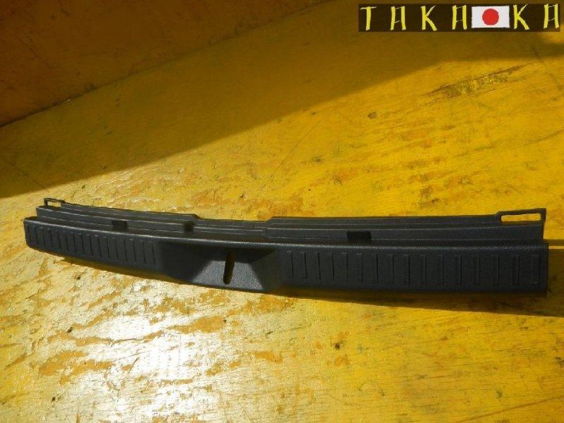 Пластик замка багажника Toyota Corolla Fielder NZE141 (б/у)