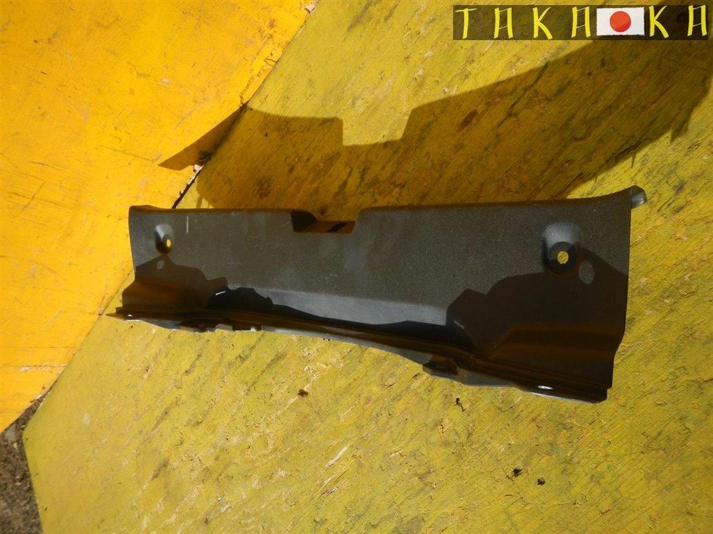 Пластик замка багажника Toyota Aqua NHP10 1NZFXE задний (б/у)
