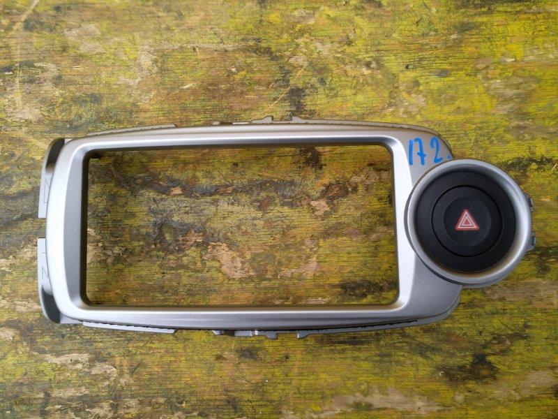 Консоль магнитофона Toyota Vitz NSP130 1NRFE передний (б/у)