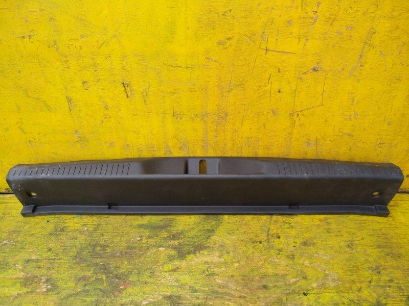 Пластик замка багажника Toyota Ist ZSP110 1NZFE задний (б/у)