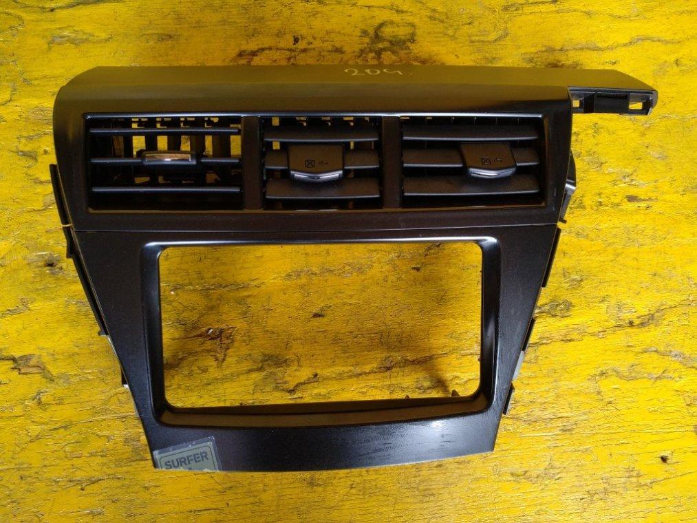 Консоль магнитофона Toyota Prius Alpha ZVW41 2ZRFXE передний (б/у)