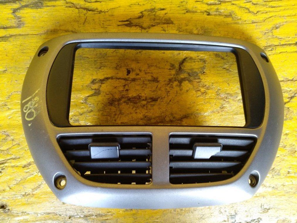 Консоль магнитофона Toyota Rav4 ACA21 1AZFSE передний (б/у)