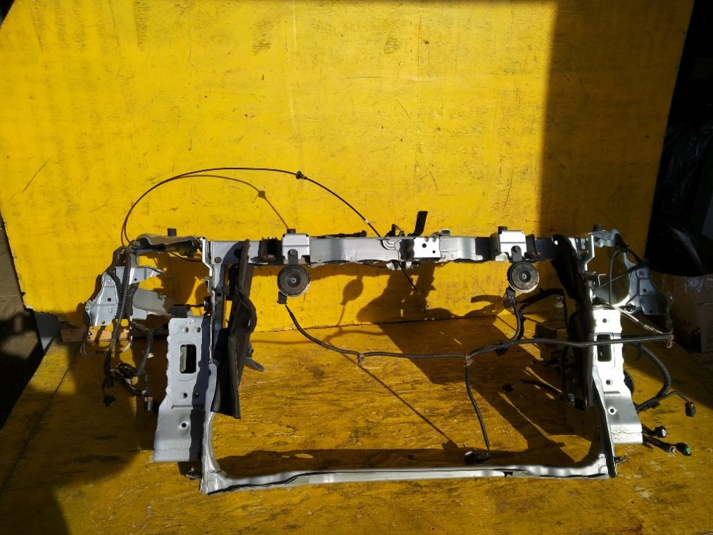 Рамка радиатора Toyota Prius Alpha ZVW41 2ZRFXE передняя (б/у)