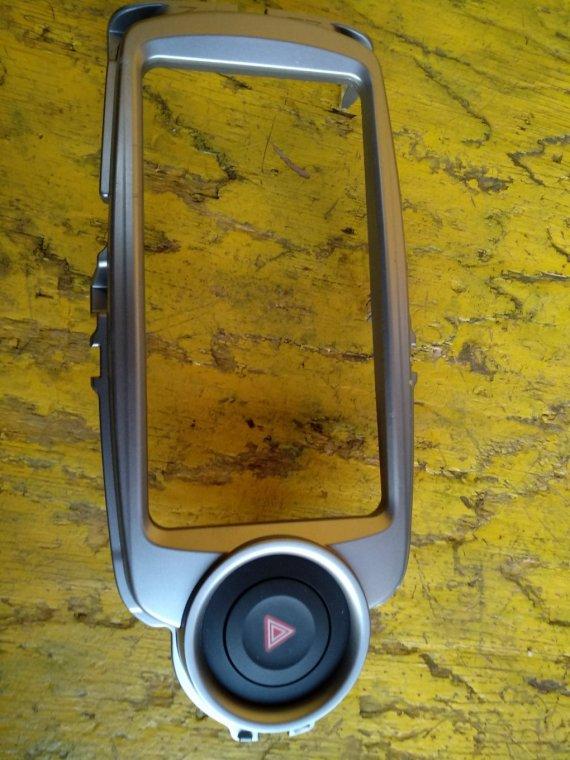 Консоль магнитофона Toyota Vitz KSP130 1NRFE передний (б/у)