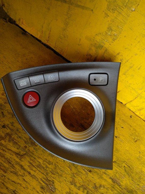 Консоль кпп Toyota Prius ZVW30 2ZRFXE (б/у)