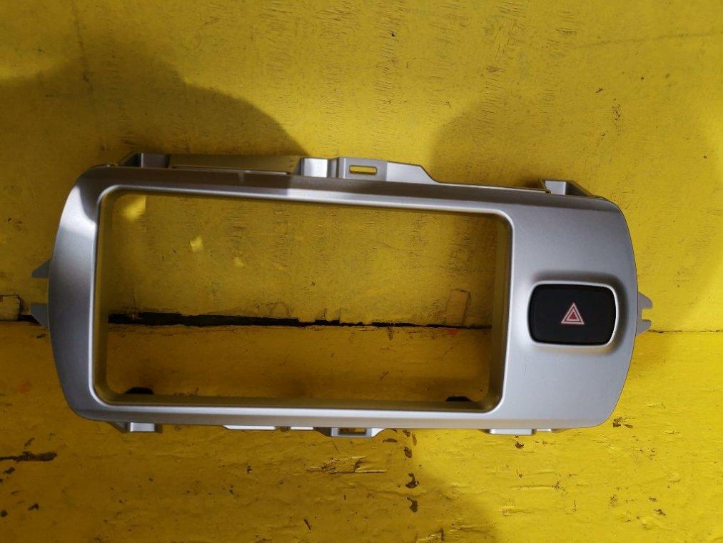 Консоль магнитофона Toyota Vitz NSP135 1NRFE 4WD> (б/у)