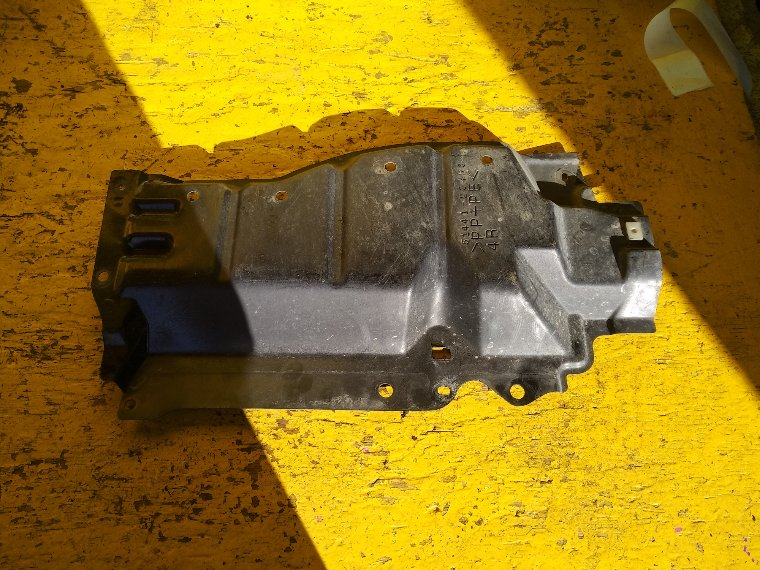 Защита двигателя Toyota Premio ZRT265 2ZR-FE правая (б/у)