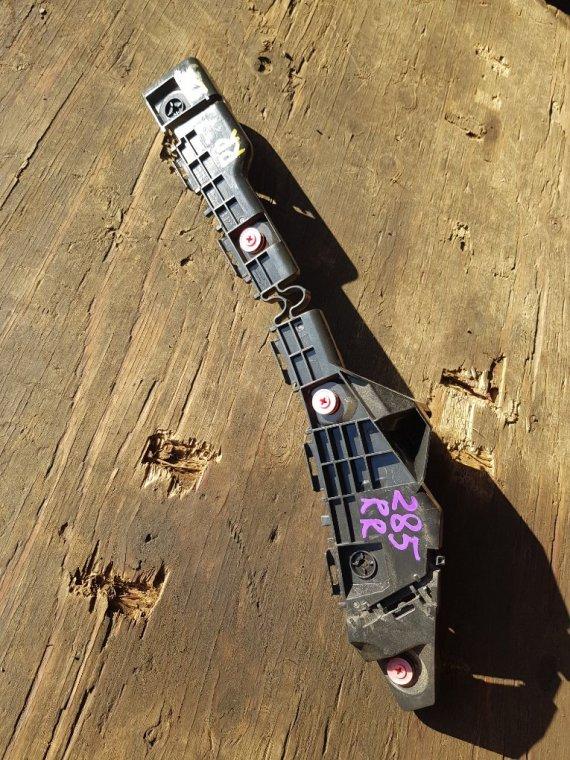 Крепеж бампера Toyota Voxy ZRR80 3ZRFAE задний правый (б/у)