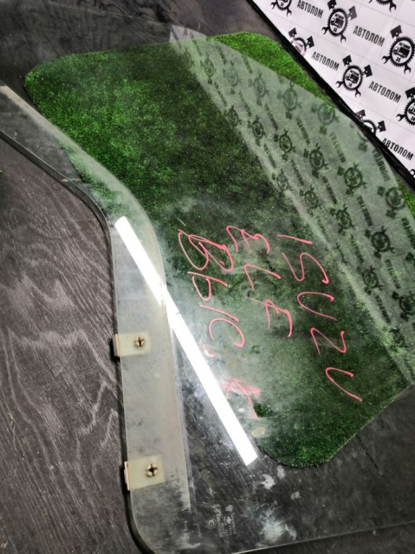 Стекло двери Isuzu Elf переднее левое (б/у)