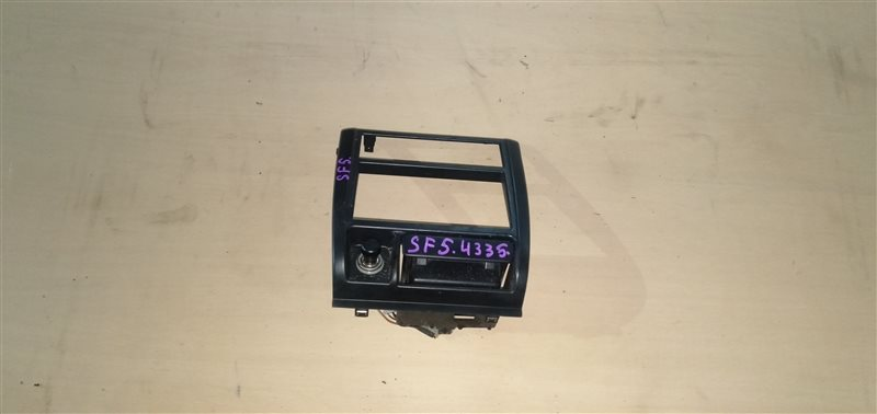 Консоль магнитофона Subaru Forester SF5 EJ201 2000 (б/у)