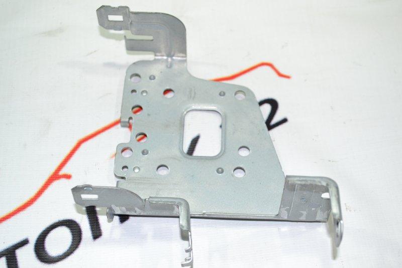 Крепление магнитофона Toyota Corolla NZE120 1NZ 2000 левое (б/у)