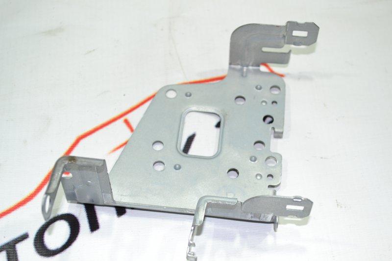 Крепление магнитофона Toyota Corolla NZE120 1NZ 2000 правое (б/у)