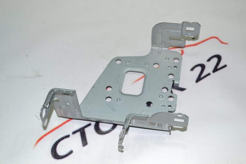 Крепление магнитофона Toyota Corolla NZE121 1NZ 2002 правое (б/у)