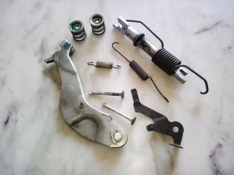 Механизм стояночного тормоза Toyota Porte NNP11 левый (б/у)