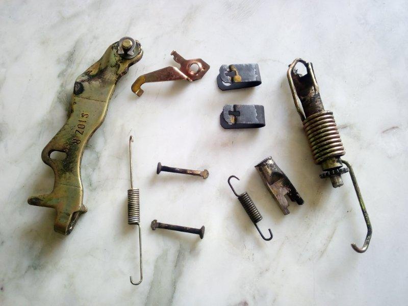 Механизм стояночного тормоза Honda Stream RN1 правый (б/у)