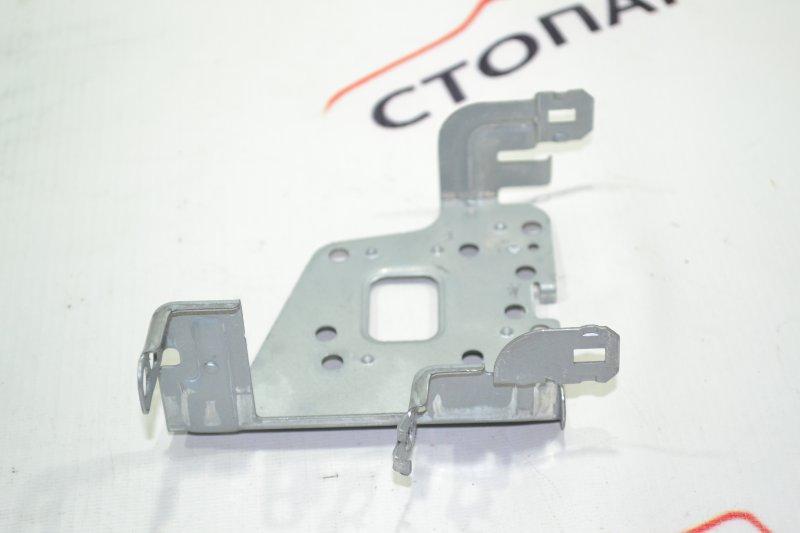 Крепление магнитофона Toyota Runx NZE121 1NZ 2002 правое (б/у)