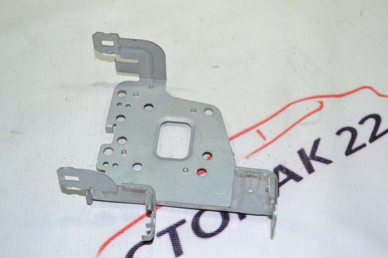 Крепление магнитофона Toyota Corolla NZE121 1NZ 2001 левое (б/у)
