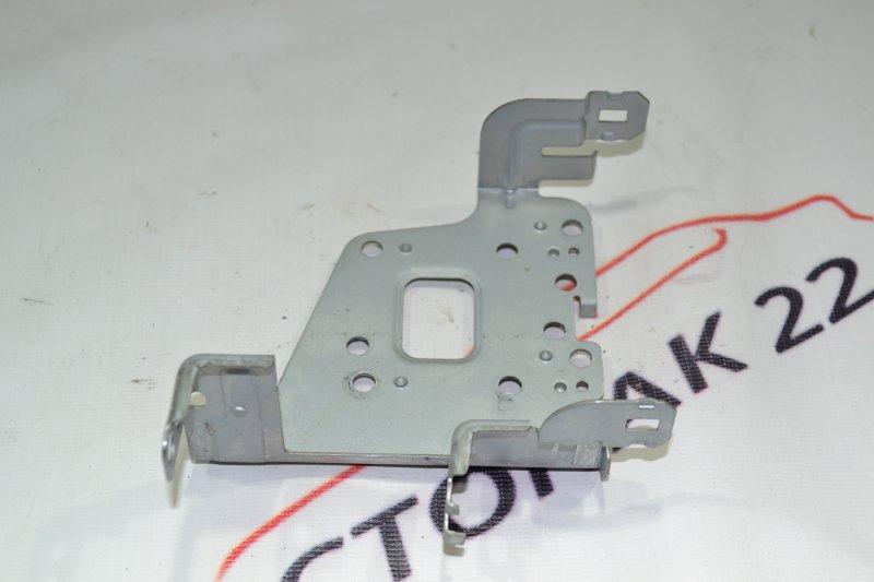 Крепление магнитофона Toyota Corolla NZE121 1NZ 2001 правое (б/у)