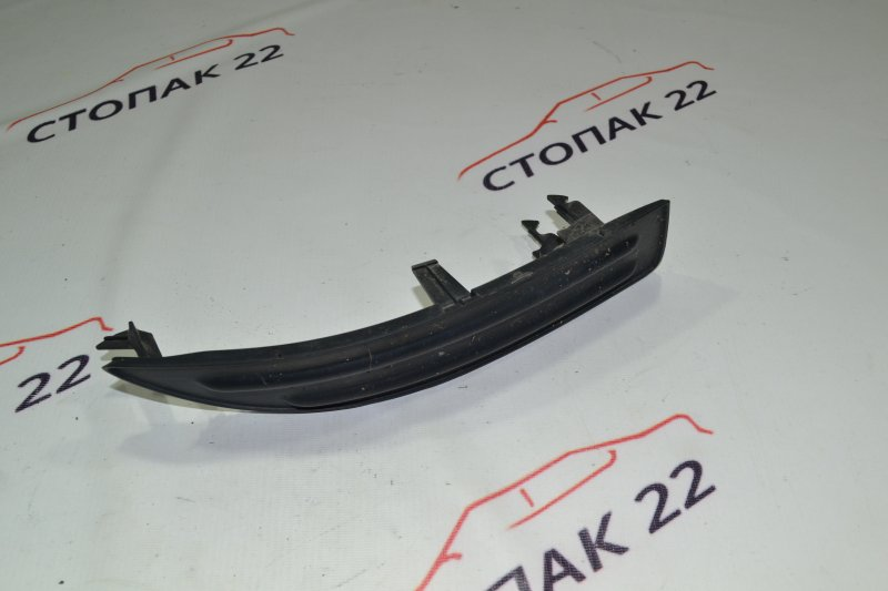 Заглушка бампера Toyota Corolla NZE121 1NZ 2000 правая (б/у)