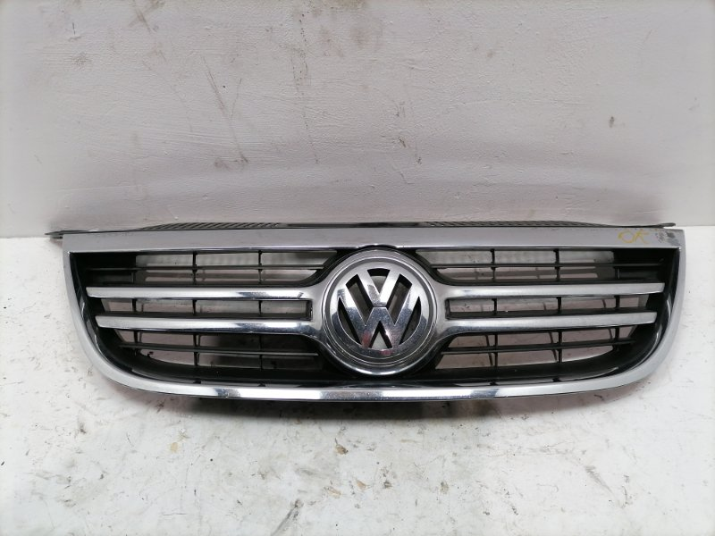 Решетка радиатора Volkswagen Tiguan 2.0 TDI 2010 (б/у)