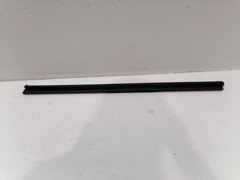 Уплотнитель стекла Volkswagen Tiguan 2.0 TFSI 2013 (б/у)