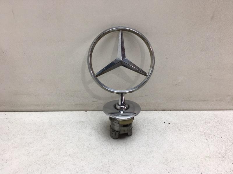 Эмблема Mercedes E350 W212 3.5 2011 передняя верхняя (б/у)