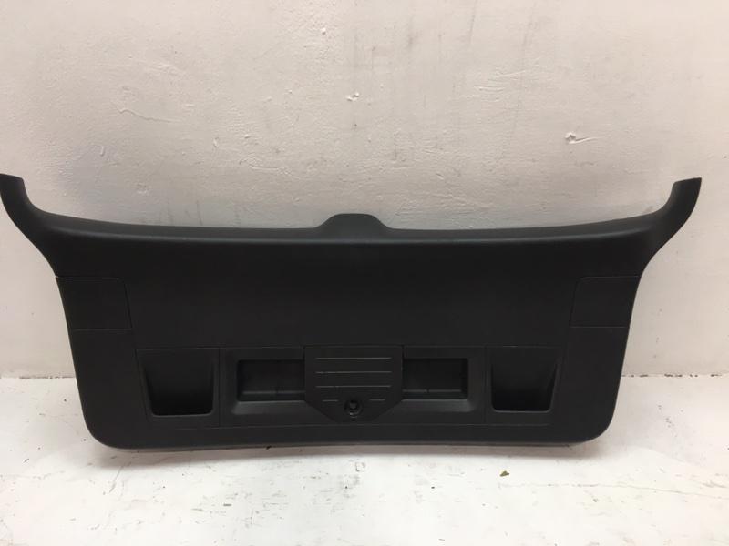 Накладка крышки багажника Volkswagen Passat B7 1.6 TDI 2012 задняя (б/у)