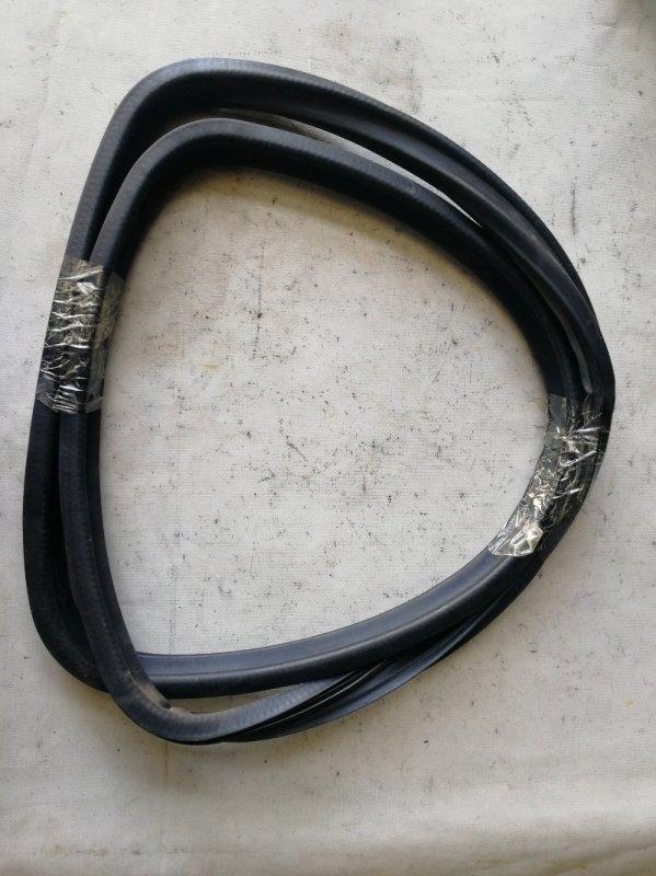 Уплотнитель стекла собачника Mitsubishi Delica PE8W 4M40 задний правый (б/у)