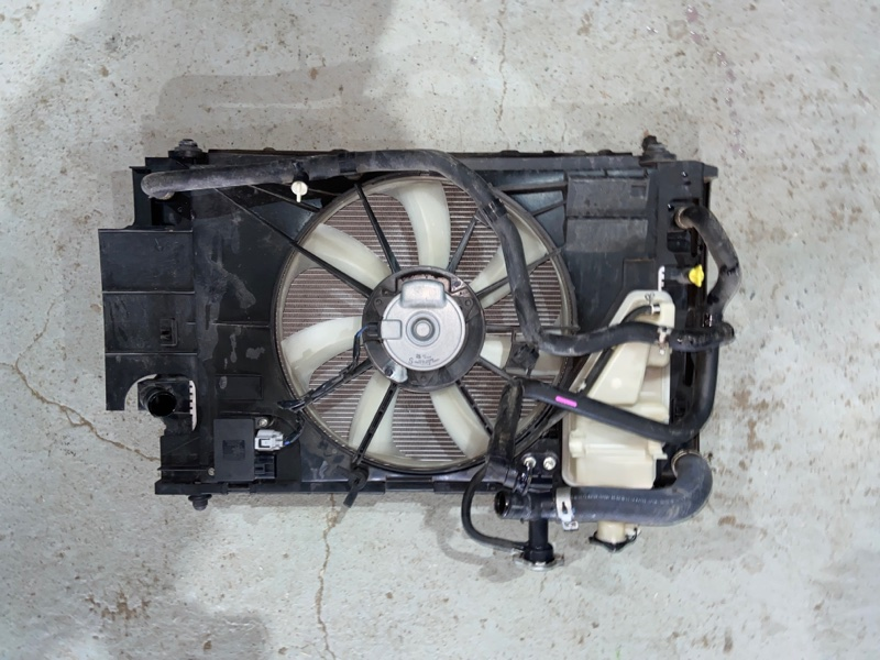Радиатор двс Toyota Aqua NHP10 1NZFXE 2014 (б/у)