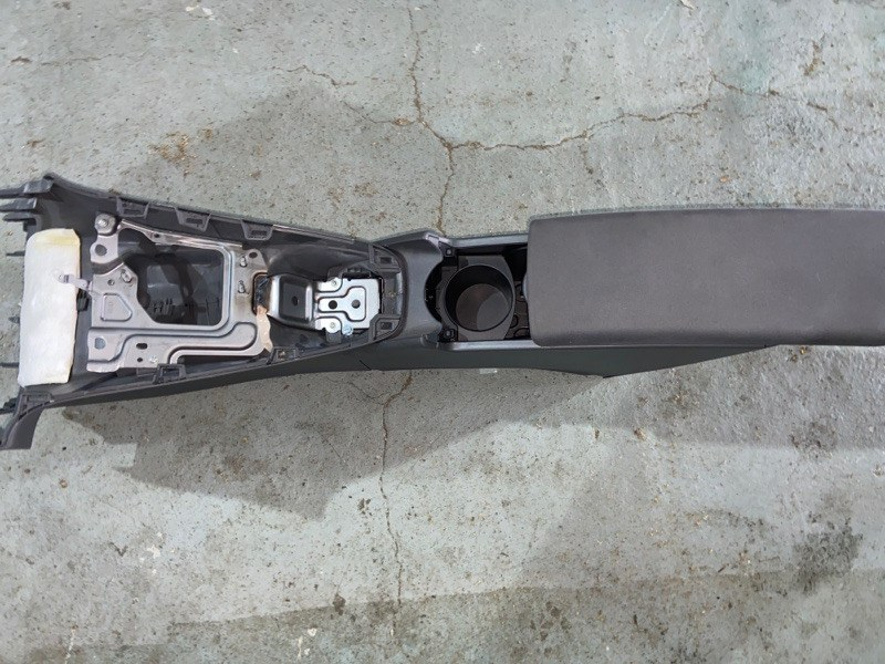 Бардачок между сиденьями Toyota Prius ZVW30 2ZR-FXE 2010.09 (б/у)