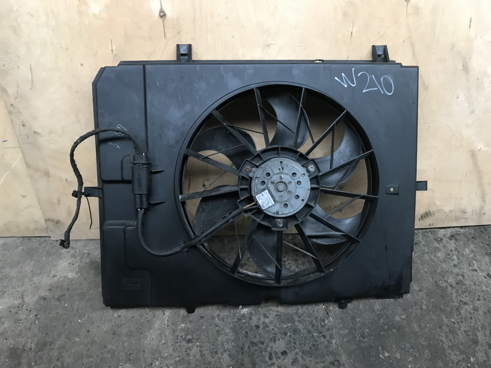 Диффузор с вентилятором Mercedes E-class W210 M112 1995 (б/у)