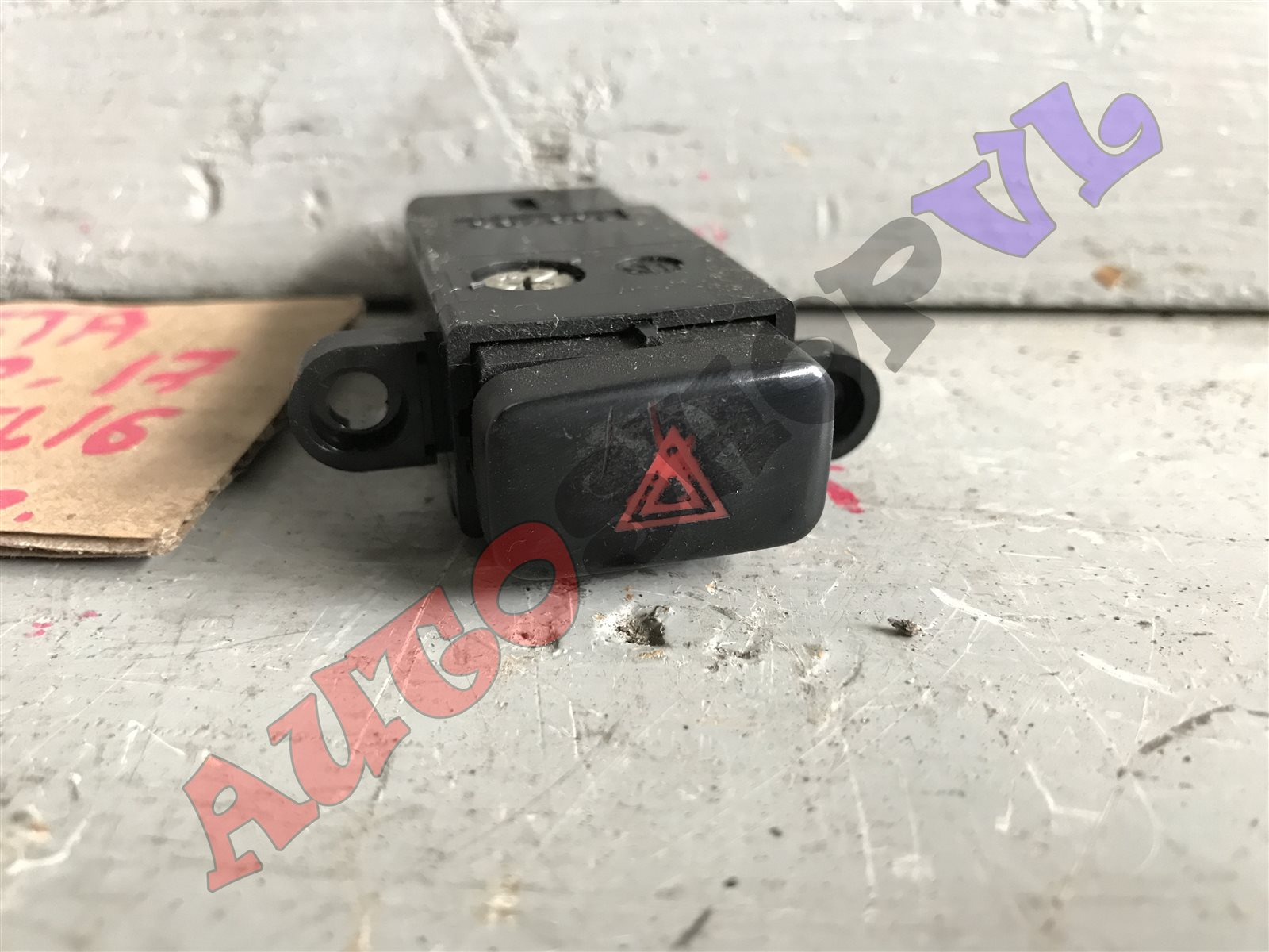Кнопка аварийной сигнализации Toyota Vista SV30 (б/у)