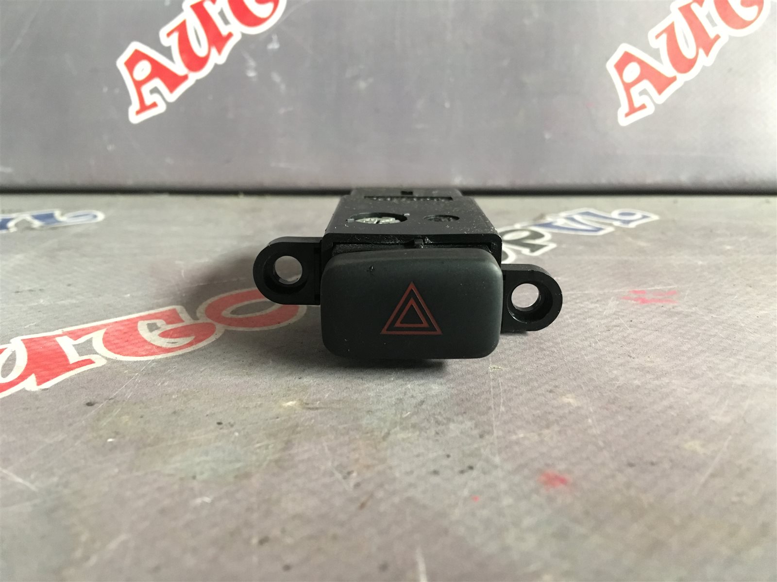 Кнопка аварийной сигнализации Toyota Camry SV30 (б/у)