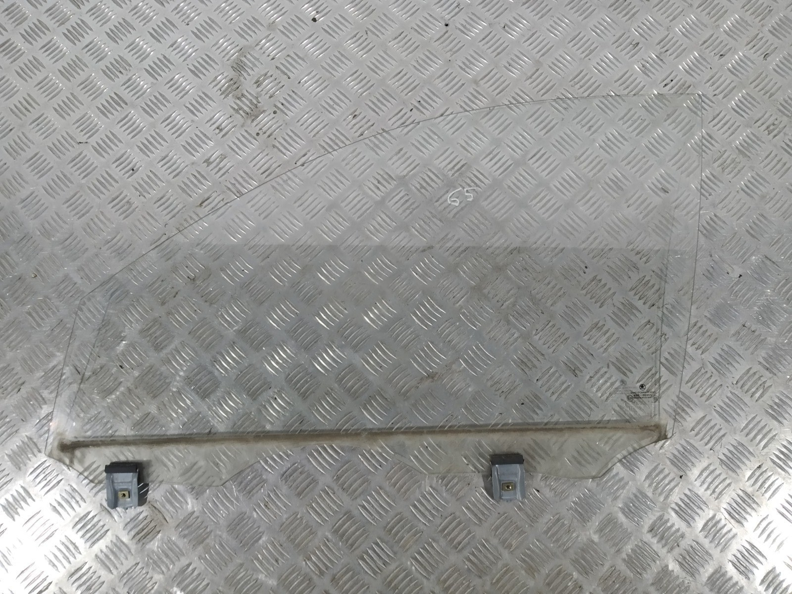 Стекло двери передней левой Skoda Fabia 1.2 I 2004 (б/у)